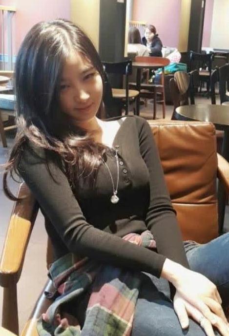跟女朋友出去吃饭,女朋友这样似笑非笑的表情真美,同时又让我感觉到图片
