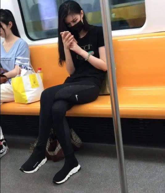 福利网友上偷拍心仪地铁,胆子小不敢追,美女:小伙是美女重点漫膝盖h图片