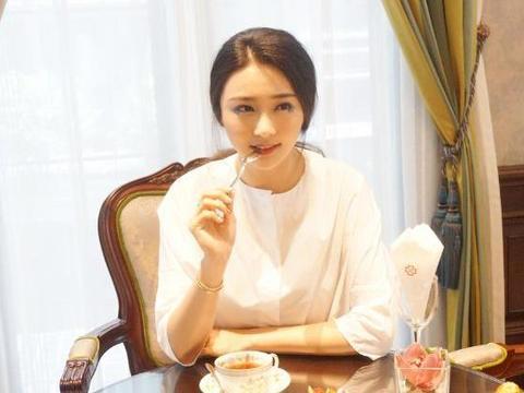 她是亿万家产继承人,却瞒着父母做歌手,因《中国好声音》走红
