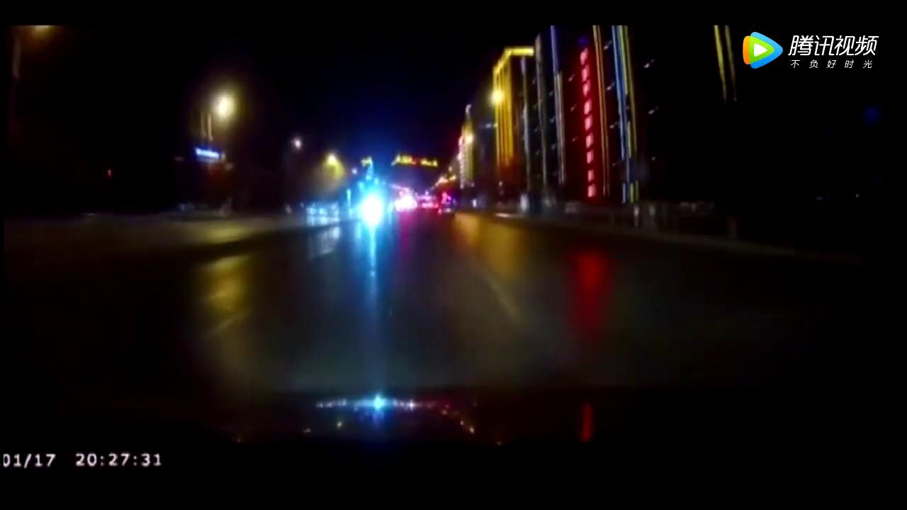 红色小车随意横穿调头,视频车不刹车撞了上去