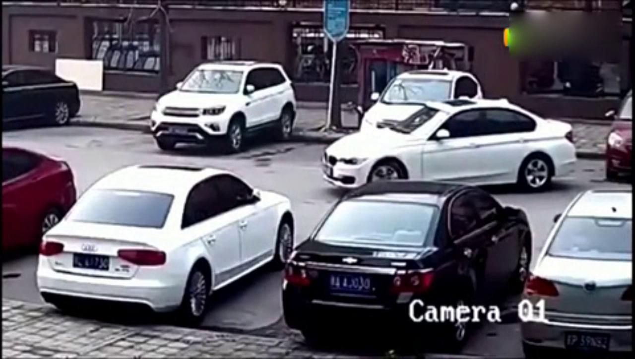 宝马车女司机刚要倒车,丈夫突然感觉不对劲!