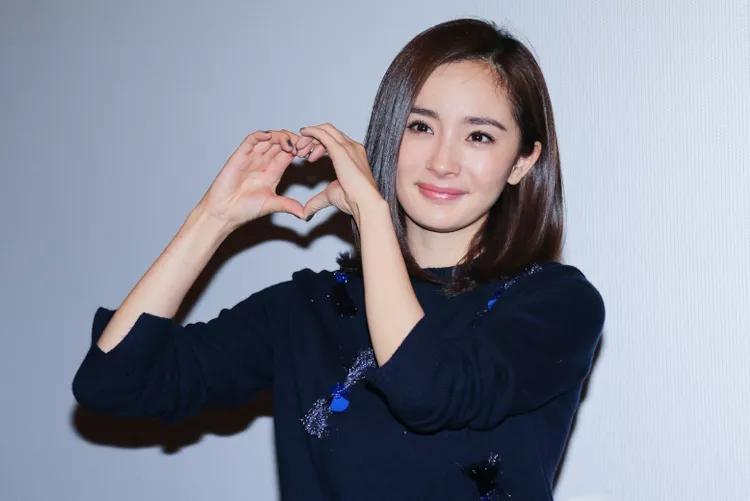 女明星可爱的比心照片:被赵丽颖萌到了,最想要刘诗诗的小心心