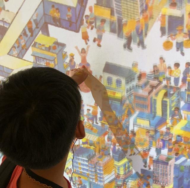 李嘉欣带7岁儿子观看美术馆,48岁的她驻颜有术,气质出众!