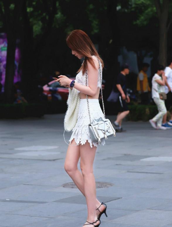 街拍,时尚美女小少妇靓丽迷你裙,街头吸睛无数
