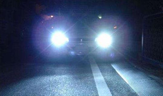只因无意识闪两下远灯就被对方围殴,这汽车的灯语你们了解多少?