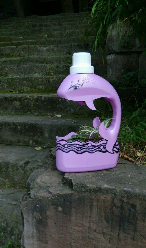 生活小技巧:洗衣液用完的空瓶子不要扔掉,做成花盆非常有型图片