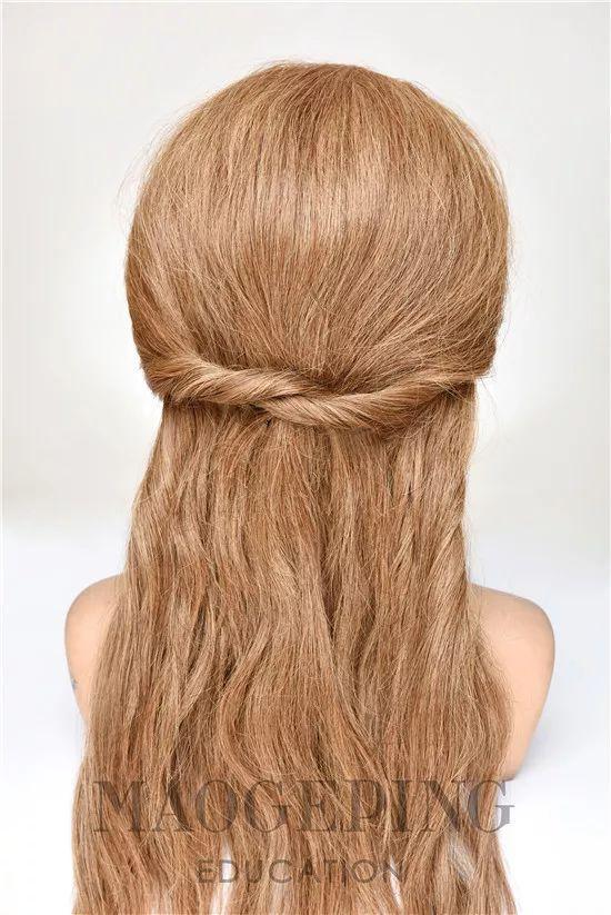 step1:整理头发,将头发微微烫卷,更便于之后的造型.图片