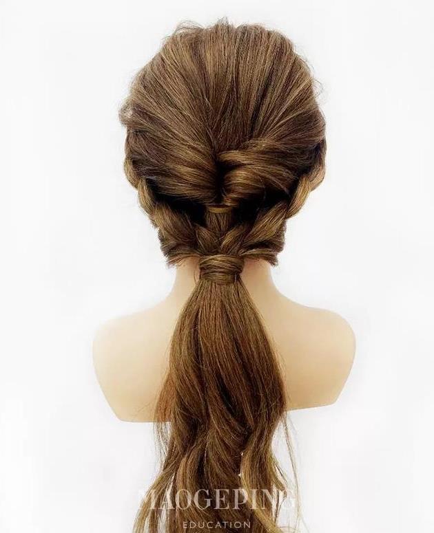 step  :右边的头发也编成一条三股辫,将双方的三股辫拉出好看的纹理.图片