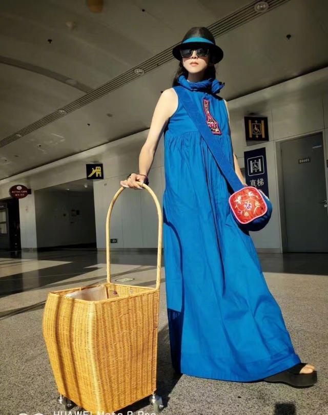 骑在大妈肉体上_网友: 太潮了, 杨丽萍拉着大妈买菜的箱子去机场