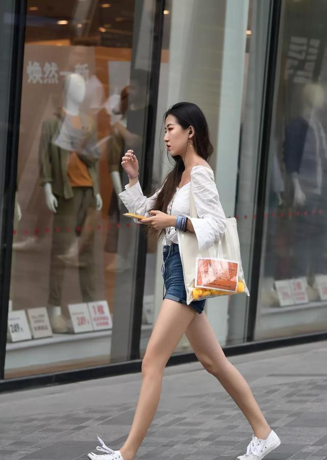 路人街拍:身材高挑的小性感,白鞋搭配短裤秀出修长姐姐的美腿能用病毒性三九嘛感冒灵v路人图片