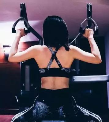健身时也不忘自拍