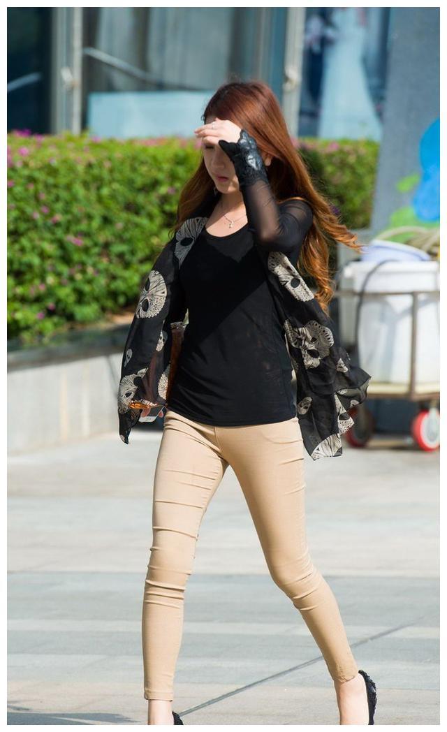 街拍:为什么说紧身裤配上细高跟鞋更有女人味?看对比图就知道了