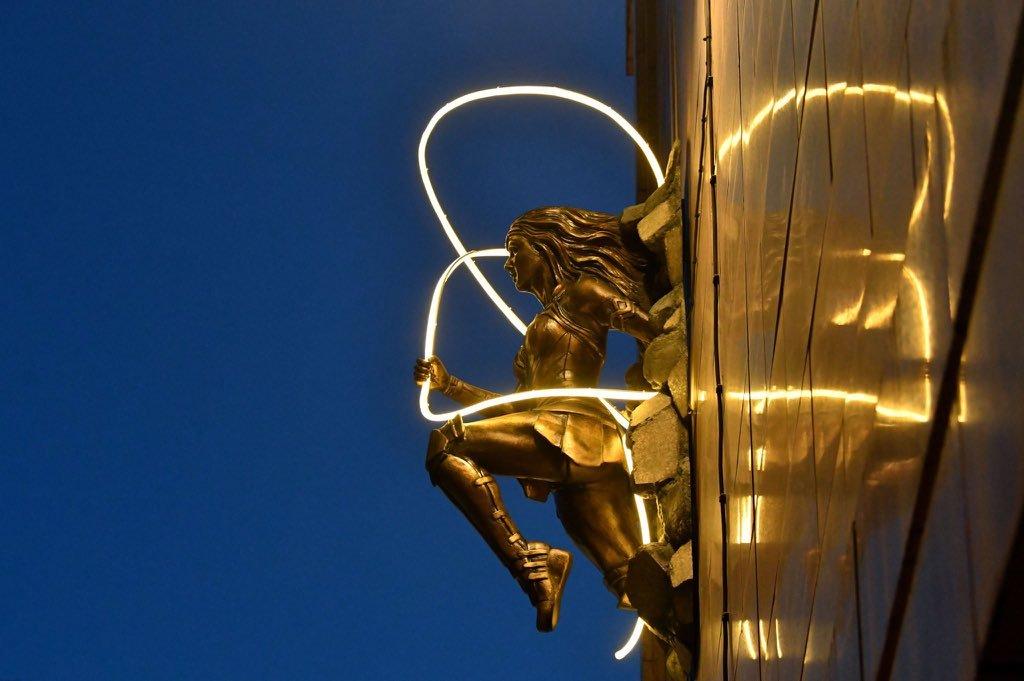 电影角色蝙蝠侠与神奇女侠在伦敦莱斯特广场的雕像正式揭晓