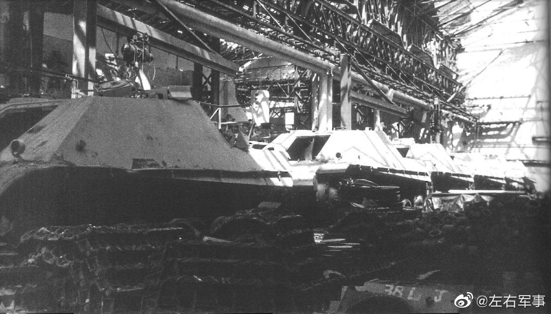 1945年,汉诺威,被盟军摧毁后的德军坦克工厂。