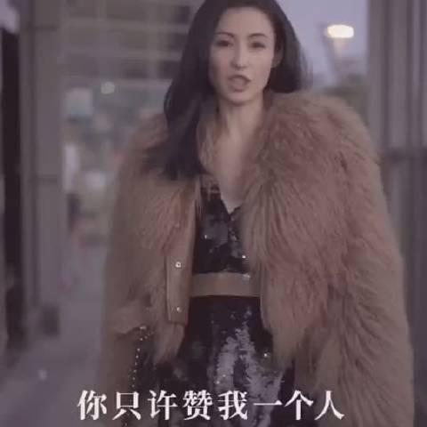 刚在某音短视频看到张柏芝披咖色皮草短裙,口中念河东狮吼经典台词
