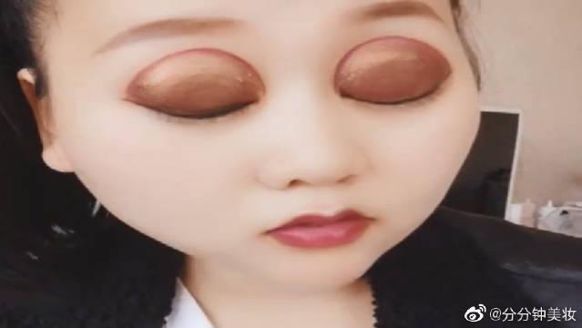 化个妆去约会,可这眼妆有点不对劲啊,最近盛行么,都怎么了