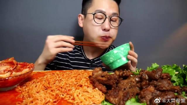 猪肉现在我都吃不起了,眼镜哥还天天火鸡面烤牛肉!有钱人啊!