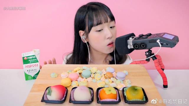 围观可爱的小姐姐吃五彩缤纷的蛋白糖、马卡龙和糯米团子啦~这是一个