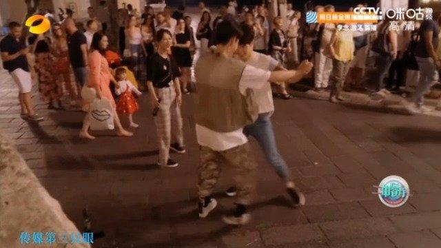 杨紫仝卓王鹤棣逛街-陶尔米纳的夜晚杨紫围观仝卓王鹤棣跳舞的场景