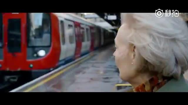 """短片:""""MindTheGap"""".超感人。一位白发女士常年坐在地铁站里"""