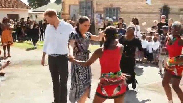 哈里梅根访非第一天 与当地儿童一起热舞