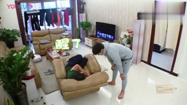《做家务的男人》魏爸做家务不积极,魏大勋去跑步马上穿衣服陪着