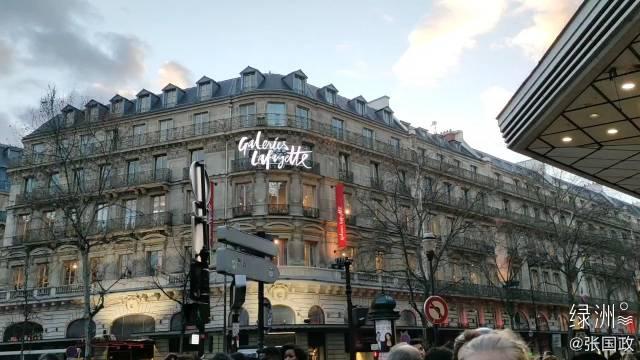 在法国巴黎,《陕西房产》主编张国政到访老佛爷百货