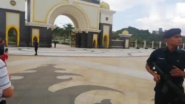 在马来西亚皇宫前,看到警察摩托飙出