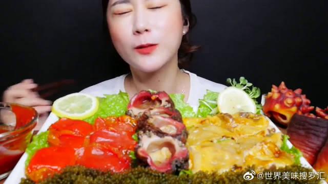 韩国美女挑战海菠萝大餐,配上海葡萄蘸酱吃,这表情是嫌弃吗