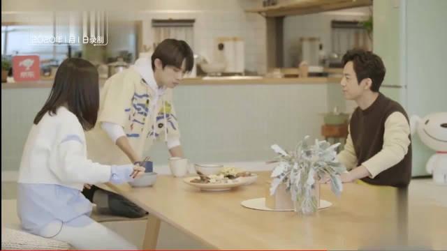 """三人同桌吃饭,易烊千玺坐""""C位""""真的是好不自在呢!"""