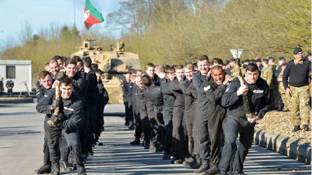 英军再次被打脸,80人拉动了坦克还疯狂炫耀,俄大兵一人就搞定