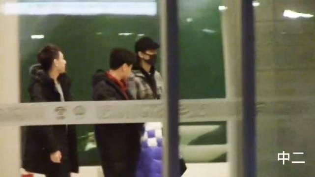王俊凯回国暖心跟粉丝挥手,连续几天连轴转,回家好好休息啊