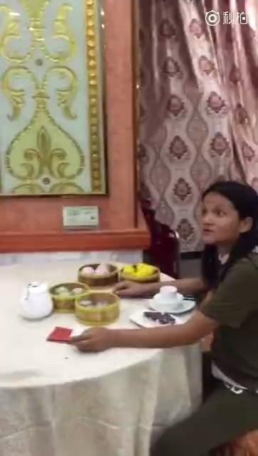 网友爆料:视频中的女子是汕尾著名霸王餐姐,专吃霸王餐