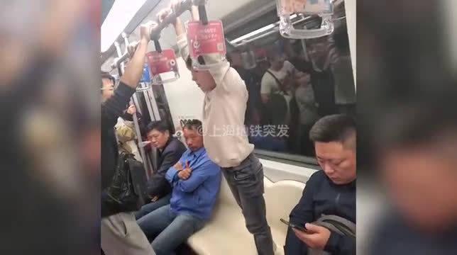 外国小朋友站地铁座椅上嬉戏 手拉吊环尽情摇摆