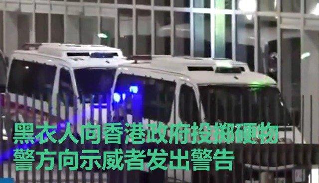 黑衣人围攻仍在进行,警方郑重警告示威者停止违法行为
