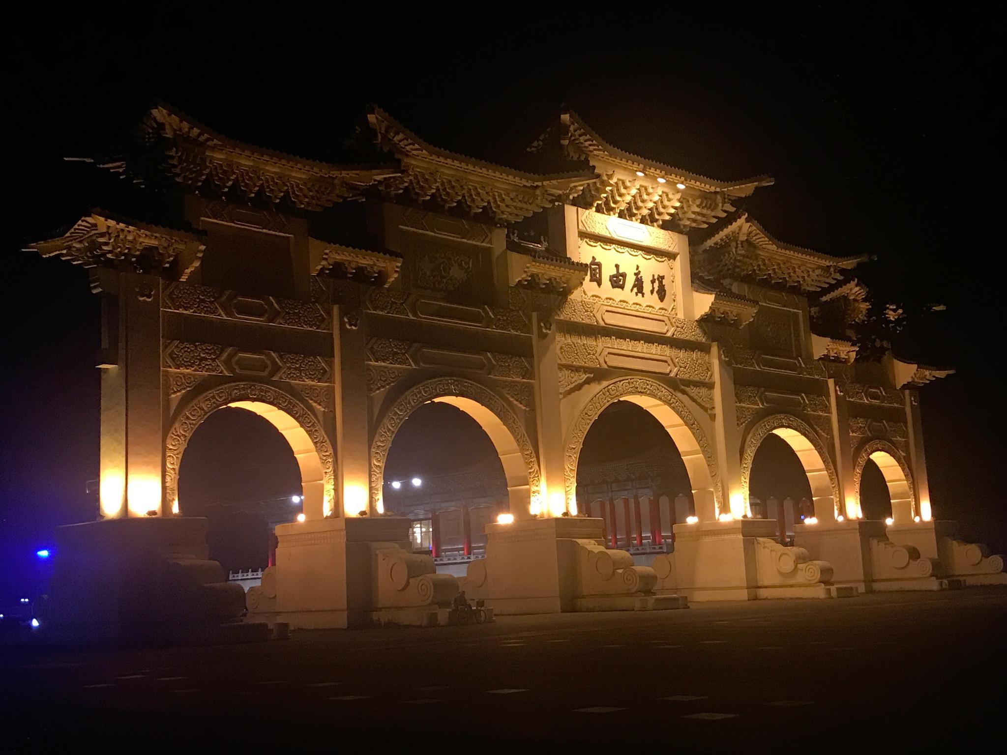 夜晚九点多的中正纪念堂,除了几个建筑的轮廓灯光外,周围漆黑一片
