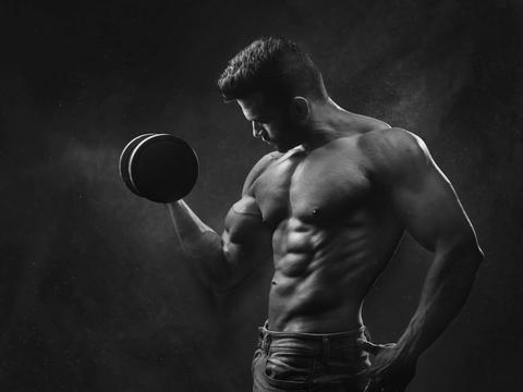 腹肌是最能表现男性健身者训练水平和自律程度的身体部位之一