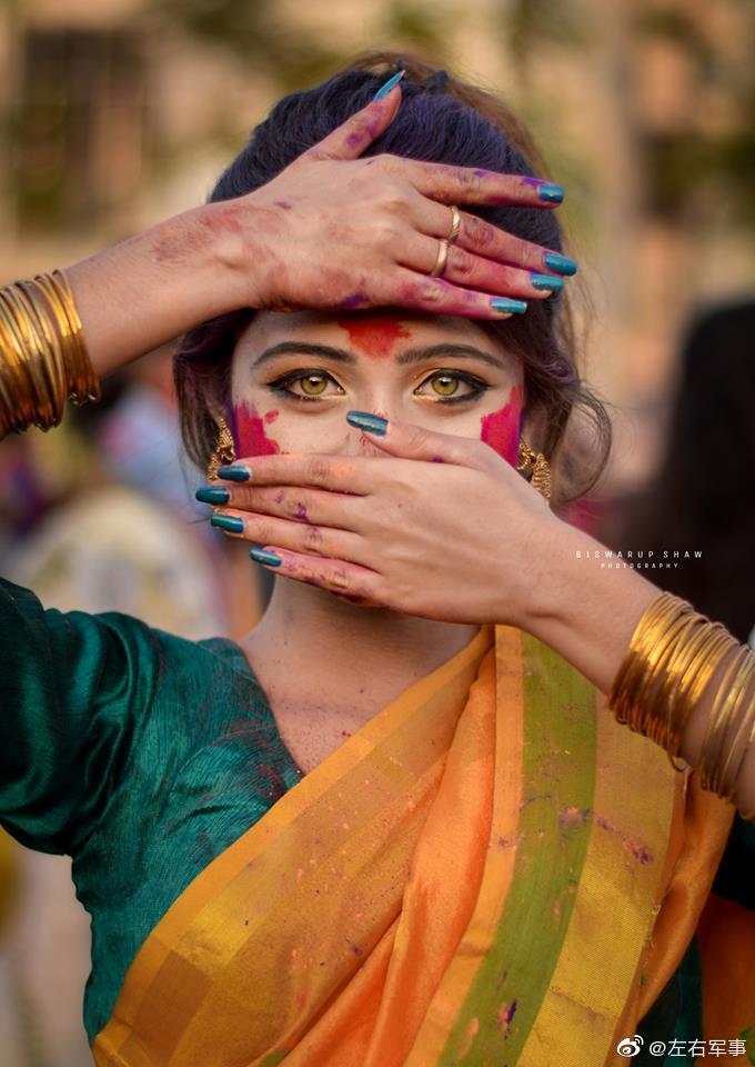 印度某地区祭典上的一个穿着传统服饰的小美女
