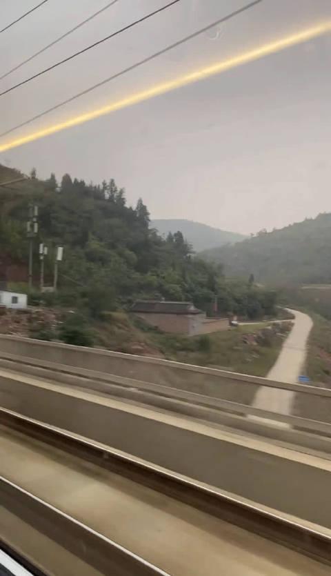 感受一下中国速度。 中国高铁和手机快充是视界出了名的快