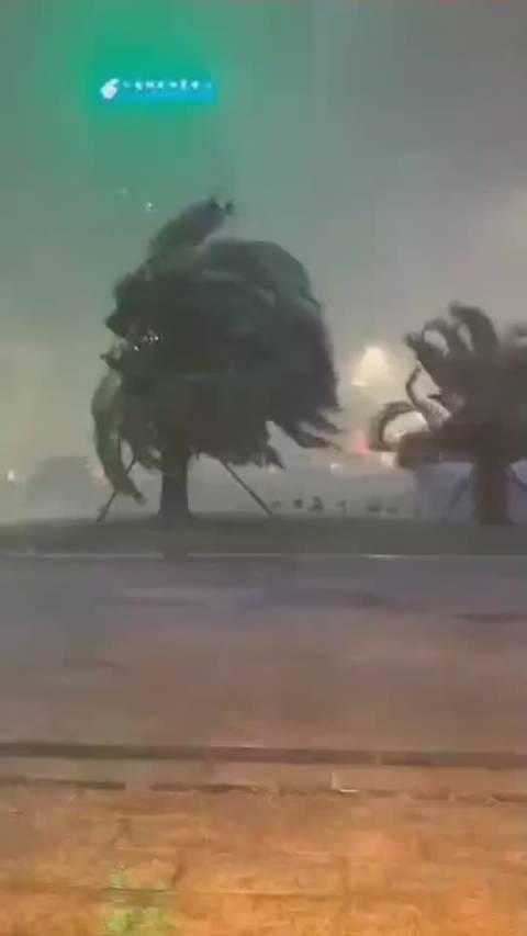狂风暴雨袭击宜宾!多地道路积水,望市民朋友们,注意安全!