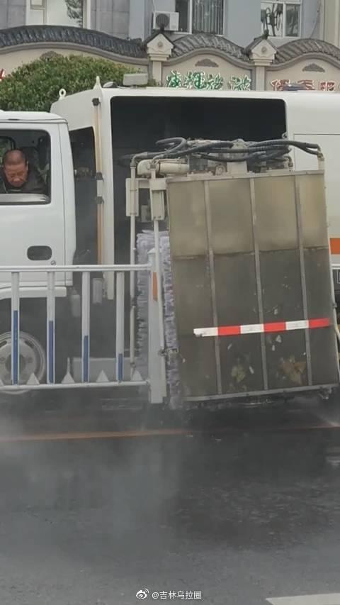 吉林街头,机器清洗马路隔离带。旁边大娘直呼:我要失业了