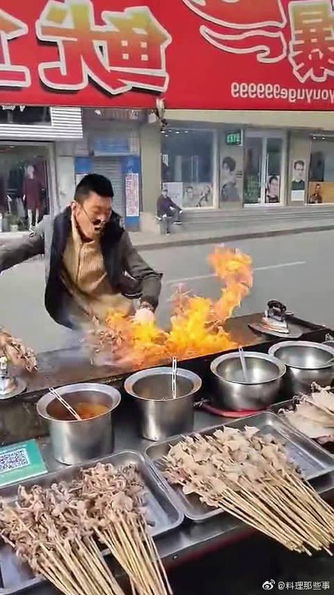 在迪拜留学回来的表哥非要卖烤鱿鱼,最后我才明白这是要发大财啊