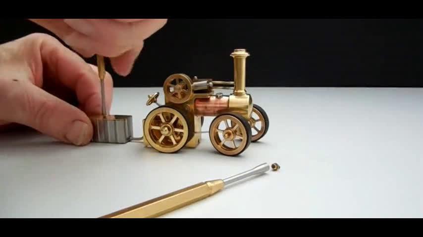 一辆袖珍的蒸汽机车,燃料要用针管加注,机械之美