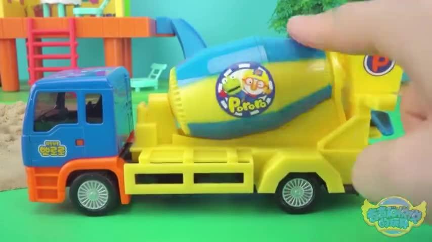 路坏了 猪妈妈没办法接佩奇放学了 波乐乐水泥搅拌车来帮忙