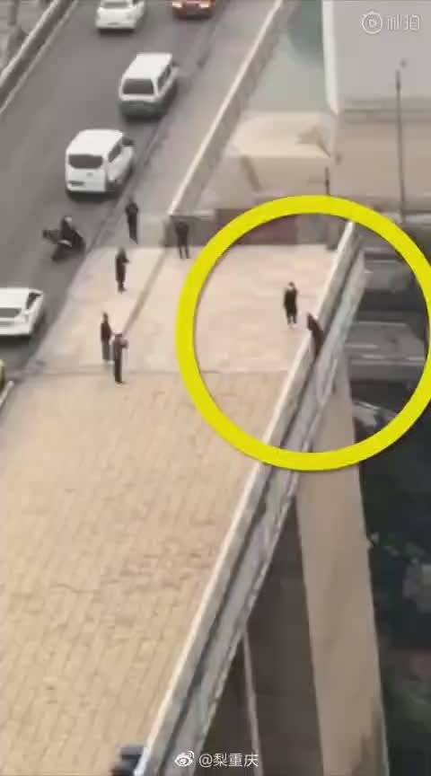 司机救下要跳桥的老婆婆
