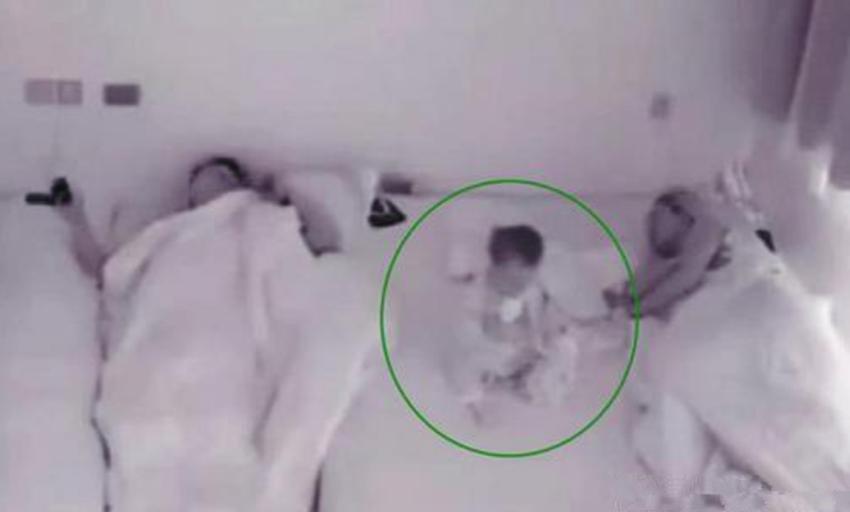 11个月大宝宝半夜总是坐起来,妈妈安装监控后,看了实情感动不已