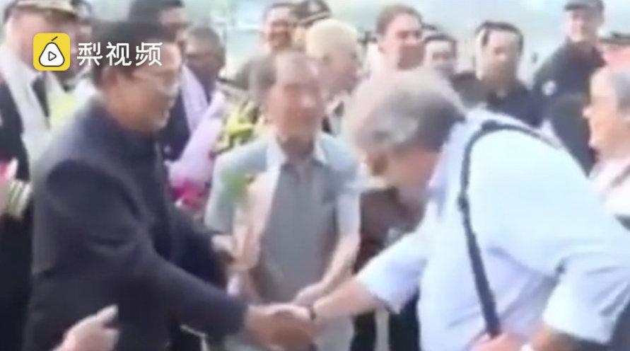 威士特丹号重大变故,,柬埔寨首相曾与下船者一一握手