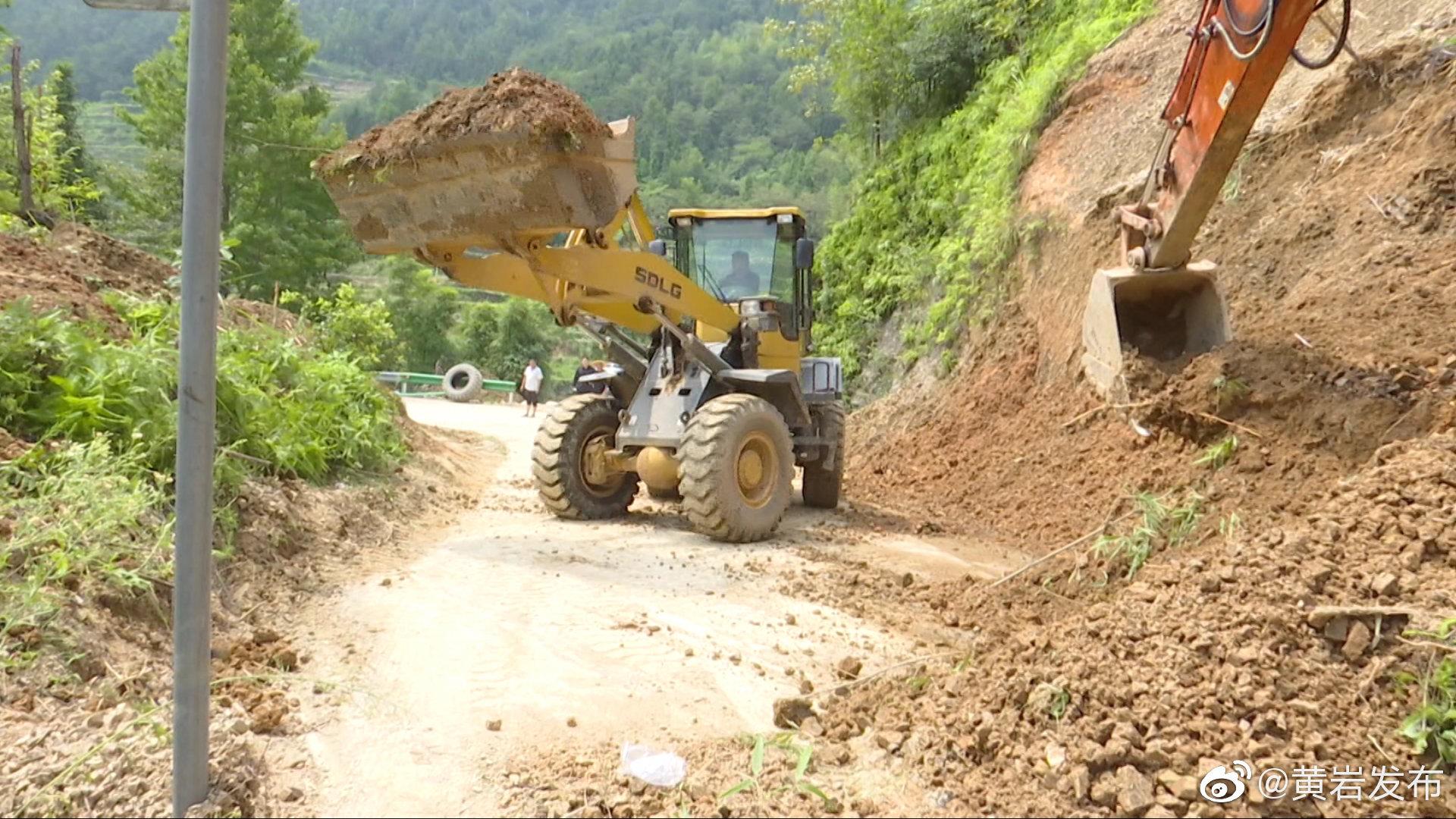 台风过后,我区多处道路损毁严重。为了尽快抢修道路