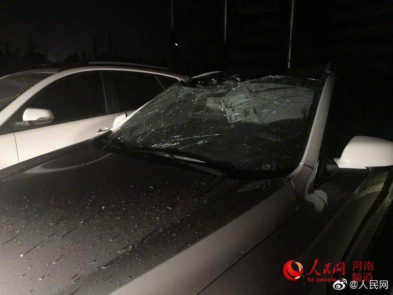 人民网记者到达义马爆炸事故现场 百米外车玻璃被震碎