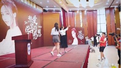 Miss受邀回海南大学演讲,为祖国母亲庆生,网友:不愧是电竞女神